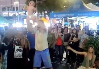 Acrobazie in strada lanciando in aria il bimbo di 6 mesi, coppia di genitori arrestata