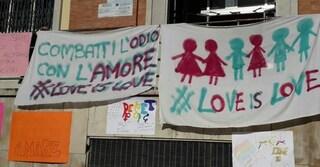 Scritte omofobe contro uno studente a Brindisi, compagni lo difendono con decine di striscioni