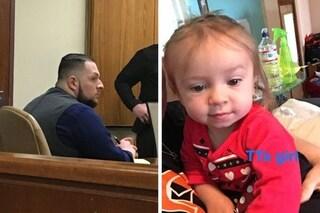 Violenta e massacra bimba di 2 anni: il suo papà decide di staccare spina del supporto vitale