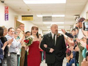 La sposa e il papà in ospedale (foto di Kristen Rush)