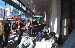 Albania, folla oceanica contro il premier Rama: manifestanti assaltano la sede del governo