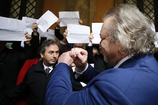 Diciotti, senatori Pd gridano 'Onestà'. Giarrusso (M5S) fa il gesto delle manette