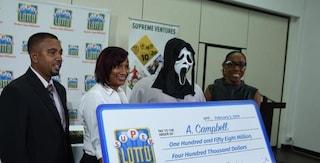 Vince alla lotteria ma per non farsi riconoscere ritira premio con la maschera di Scream