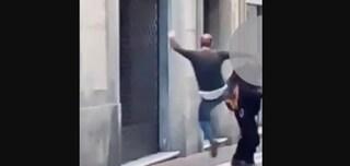 Carrara: mendicante disabile preso a calci mentre chiede l'elemosina tra l'indifferenza dei passanti