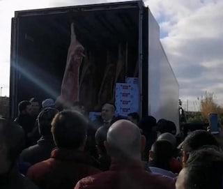 Rivolta del latte: pastori sardi bloccano per ore tir, momenti di tensione a Porto Torres