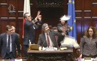 Alla Camera è bagarre: volano sedie e un fascicolo contro il Presidente Roberto Fico