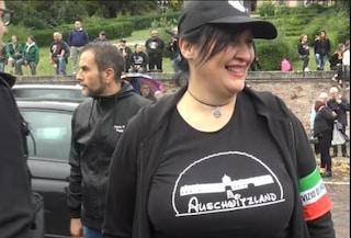 Indossò la maglia Auschwitzland per deridere l'olocausto: condannata a 9mila euro di multa