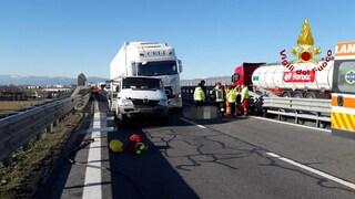 Dramma in strada a Castelfranco, camion sfonda segnalazioni cantiere e uccide un operaio