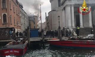 Dramma a Venezia, incendio distrugge appartamento: morta una donna, tre intossicati