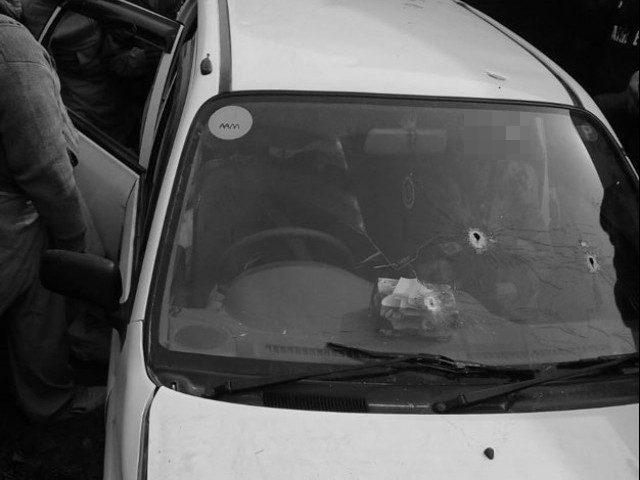 L'auto crivellata di proiettili su cui viaggia la famiglia Khalil e un leader locale dell'Isis