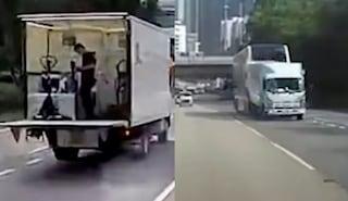 Camion si ferma in autostrada, autobus lo travolge: due morti e 16 feriti