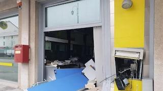 Sfondano la vetrina con l'auto, poi fanno esplodere il bancomat: bottino da 46 mila euro