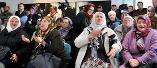 Karadzic condannato all'ergastolo: le lacrime delle madri di Srebrenica dopo la sentenza