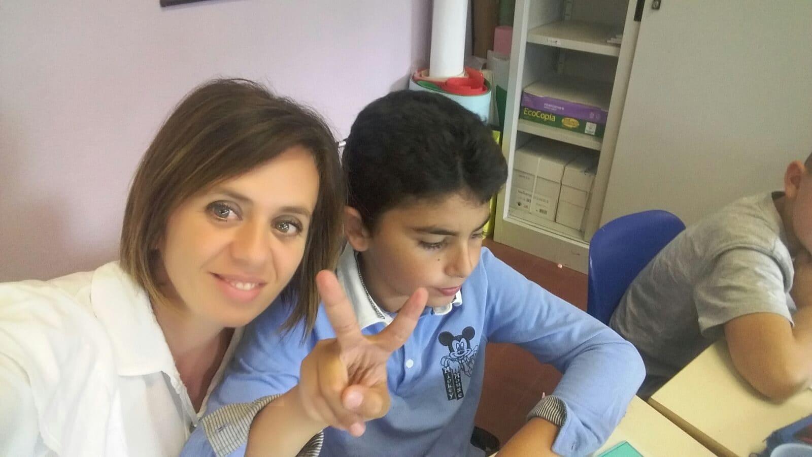 La maestra Anna con Salim.