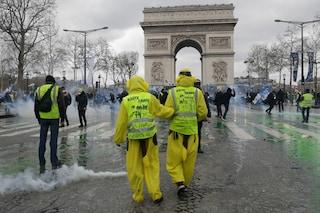 Gilet gialli in piazza a Parigi, è guerriglia: negozi saccheggiati e palazzo in fiamme