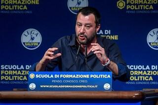 Sputare su un manifesto di Matteo Salvini non è reato: archiviata l'accusa di vilipendio