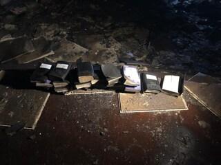 """Incendio devasta la chiesa, il post dei pompieri è virale: """"Nessuna Bibbia toccata dalle fiamme"""""""