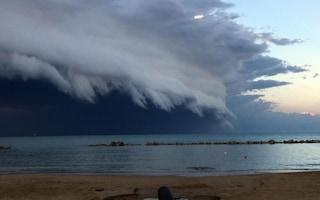 Pescara, la nuvola gigantesca sopra la città: cos'è la 'shelf cloud' e come si forma