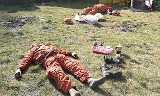 Torino, incendi a Givoletto: volontari a terra esausti dopo ore di lavoro, la foto è virale