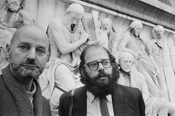 Lawrence Ferlinghetti insieme ad Allen Ginsberg.