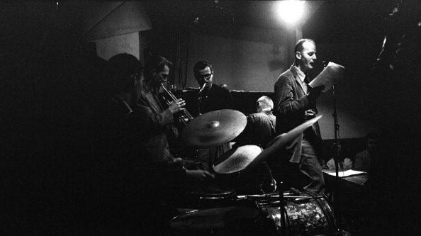 Ferlinghetti durante un reading presso il Jazz Cellar nightclub di San Francisco, nel 1957.
