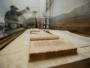 Anche la Biblioteca Nazionale di Napoli parteciperà alla Giornata Mondiale della Poesia. Nella foto, la sala che conserva i versi autografi di Giacomo Leopardi.