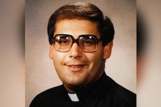 Usa, ex sacerdote trovato morto in casa: era accusato di abusi, indagini per omicidio