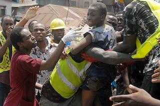 """Nigeria, 37 bambini salvati dalla scuola crollata: """"8 sono morti, ma si continua a scavare"""""""