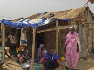 MbarkaMintEssatim, l'ex schiava mauritana, con il marito e i sette figli nella baracca in cui vivono alla periferia diNouakchott (Erin Conway–Smith)