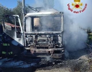 Nuoro, uomini incappucciati e armati assaltano e incendiano una cisterna del latte