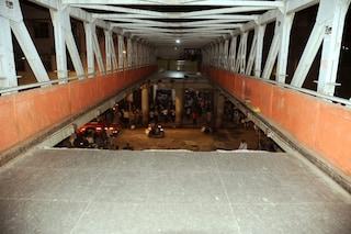 """India, crolla un ponte pedonale a Mumbai: decine di feriti. """"Si temono molte vittime"""""""