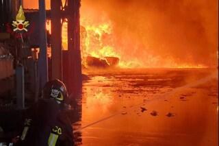 """Perugia, maxi incendio in un capannone di rifiuti. Il sindaco: """"Non uscite e chiudete le finestre"""""""