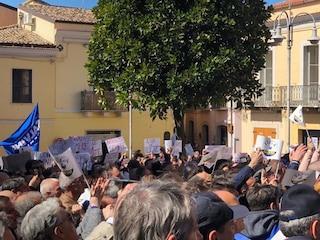 """Matteo Salvini contestato a Melfi. La folla urla """"fascista"""", lui replica: """"Toglietevi dalle palle"""""""