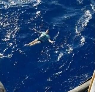 """""""Senza i miei jeans non sarei qui oggi"""": così un uomo è sopravvissuto per 3 ore in mare"""