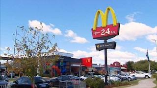 McDonald's, bimba di 2 anni trova un preservativo usato sulla tavola e lo mette in bocca