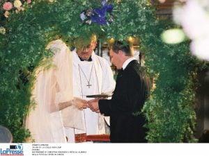 In foto: due sposi durante una funzione religiosa.