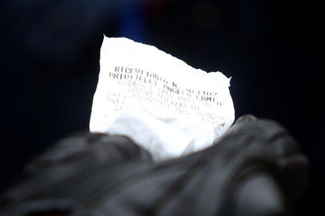 In foto: uno scontrino cartaceo.