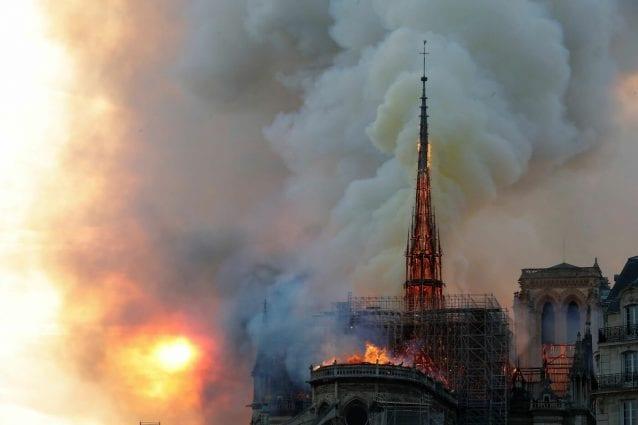 Parigi Incendio Alla Cattedrale Di Notre Dame Pompieri