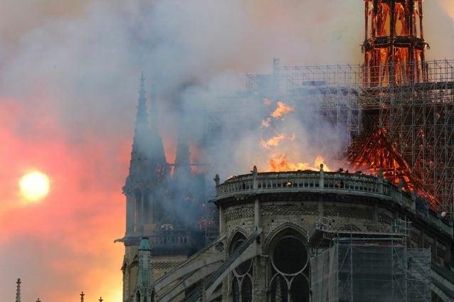 """Risultati immagini per Il capo dei vigili del fuoco di Parigi: """"Bisogna restare prudenti ma il fuoco sta scendendo in intensità, e le due torri potrebbero essere salvate"""". Dopo quattro ore di lavoro giunge quindi una notizia che fa ben sperare sulla tenuta della struttura, che dovrebbe essere preservata nella sua globalità. Sempre il vigile del fuoco ha spiegato che la gran parte del tetto è crollata e un pompiere ha riportato gravi ferite.    continua su: https://www.fanpage.it/live/parigi-incendio-alla-cattedrale-di-notre-dame-le-fiamme-hanno-raggiunto-la-volta/17/ http://www.fanpage.it/ncendio notredame"""
