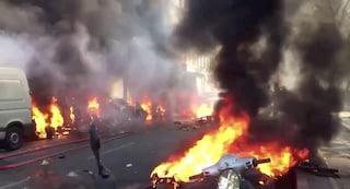 Gilet gialli, violenti scontri a Parigi:  auto in fiamme, cariche e centinaia di fermi