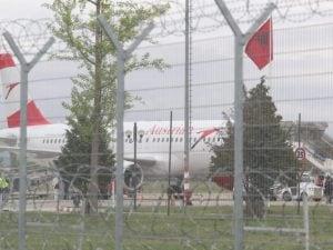 L'aereo a Tirana attaccato dai ladri (Foto da Twitter)