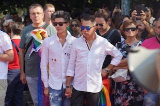 """Coppia gay erige un muro per difendersi dalle secchiate di benzina. Il Comune: """"È abusivo"""""""