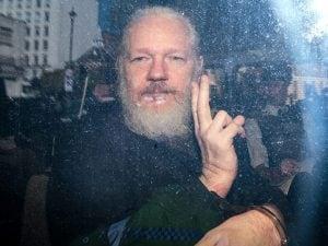Julian Assange arrestato a Londra (Getty).