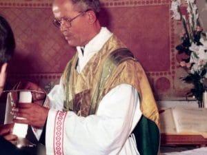 Don Cesare Boschin durante una messa a Borgo Montello (Famiglia Boschin)