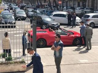 Bari, bambino arriva in Ferrari alla sua prima comunione e il prete si infuria