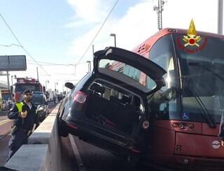 Venezia, scontro con un tram, auto rimane incastrata. Ferita una donna, traffico in tilt