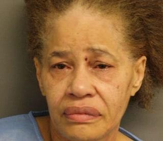 Accusata di aver ucciso il marito lo scorso anno, si dà fuoco mentre la polizia va ad arrestarla