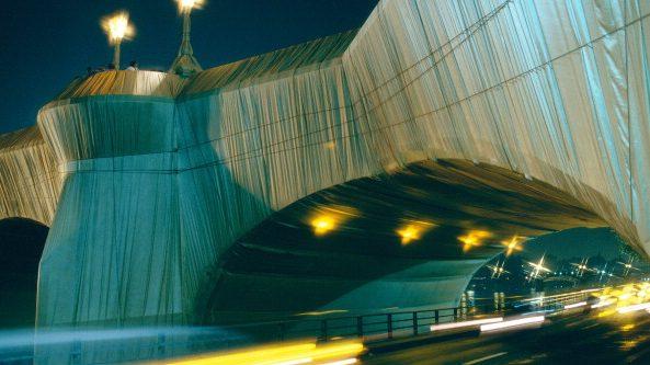 L'imballaggio del Pont Neuf di Parigi, realizzato da Christo nel settembre del 1985.