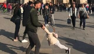 Notre-Dame: foto dell'abbraccio tra padre e figlia un'ora prima dell'incendio diventa virale