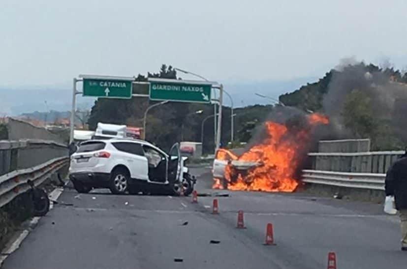 Scontro frontale sulla A18, auto in fiamme$